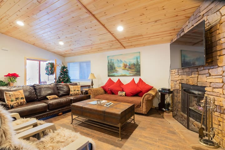 Pine-tree Cabin moments away from lake, ski slope