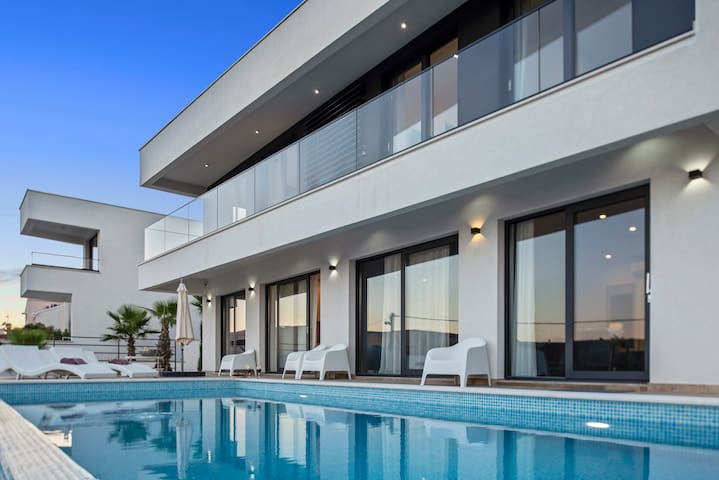 Villa with pool, 11 min from Split airport (OWNER)