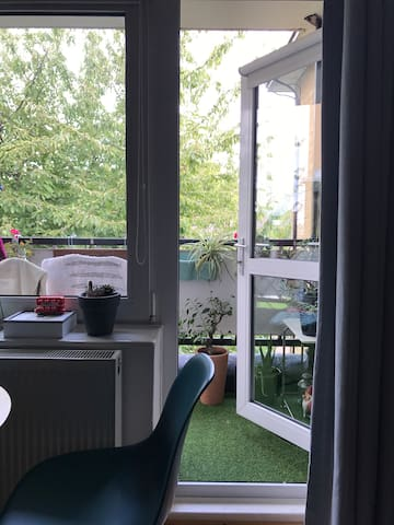 Double bed (shared bathroom) views city of London