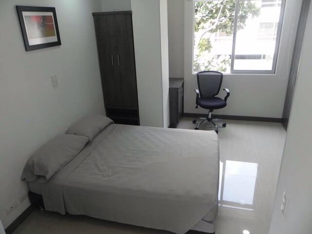 Alcoba con cama doble excelente iluminación