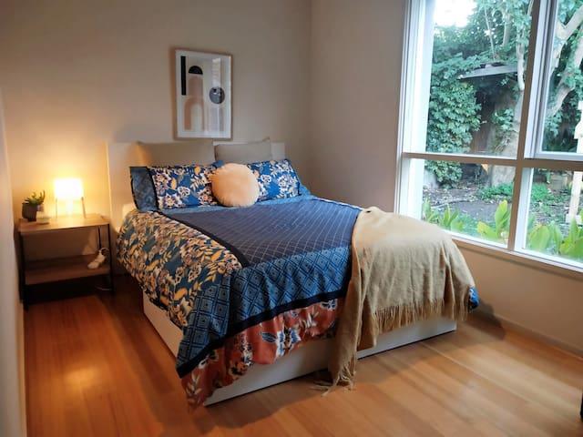 Cosy & Bright Garden View Room - 5min Beach Drive