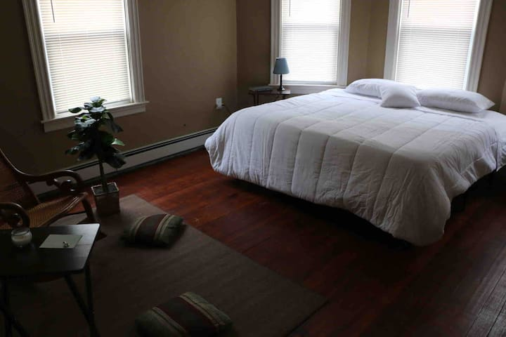 (A) SIGNATURE ROOM KING BED - NEWLY RENOVATED