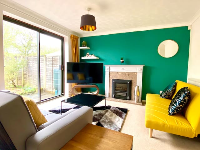 Cosy living room with 55'' smart TV and Netflix, fire place and 2 comfortable sofas.