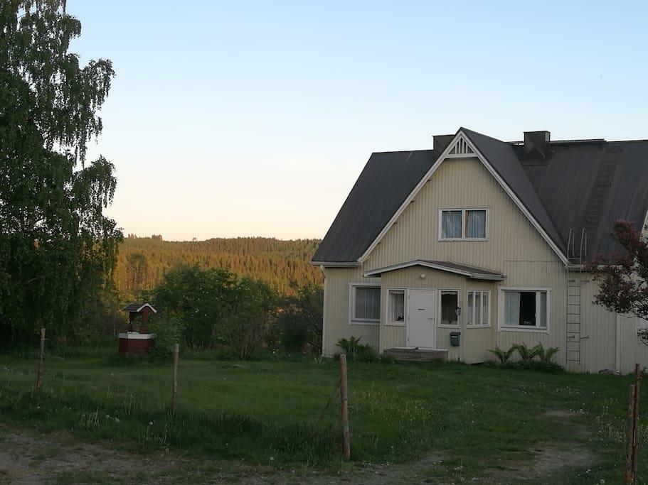 The house (150 meters from a lake)  and the yard / Talo pihapiireineen sijaitsee vain 150 metrin päässä omasta järven rannasta.