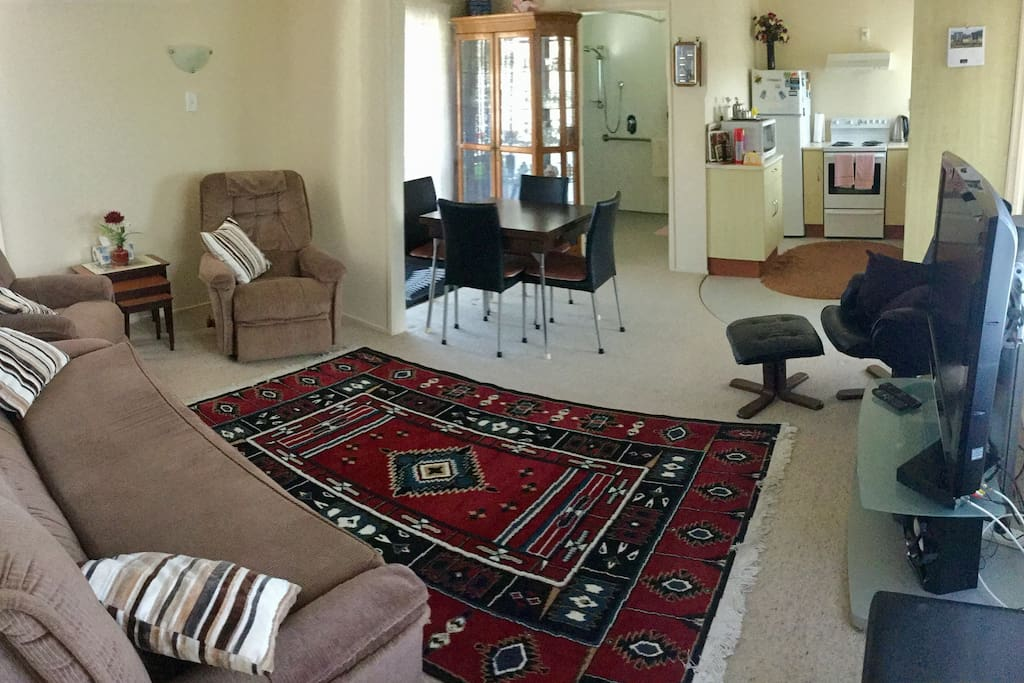 Spacious and open living area with flat screen TV, air con, and comfy lounge suite. Full kitchen facilities (oven, microwave, cooking utensils etc). Continental breakfast provided (including bread, cereals, milk, juice, yoghurt, fresh fruit, tea and coffee, and a variety of spreads)