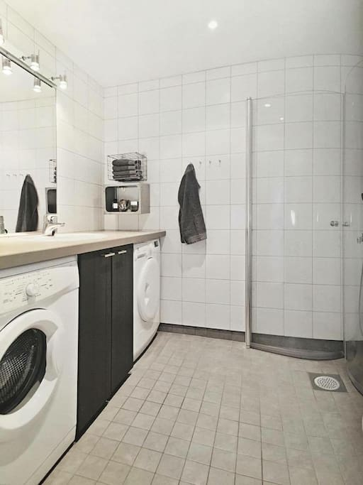 Bathroom with waging - and drying machine  Bad med vaskemaskin og tørketrommel