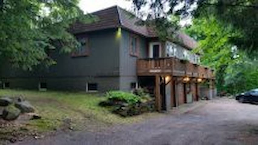 Sleeps 14 large Chalet 5 minutes to the Hill +lake