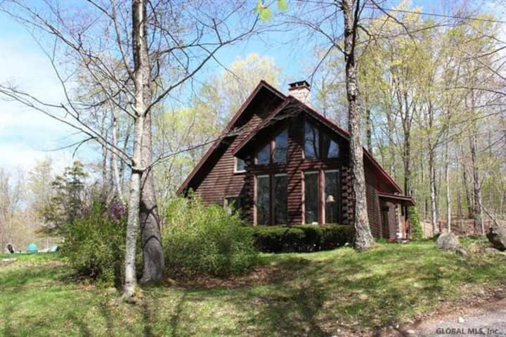 Relaxing Lakeside Log Cabin Home near Saratoga