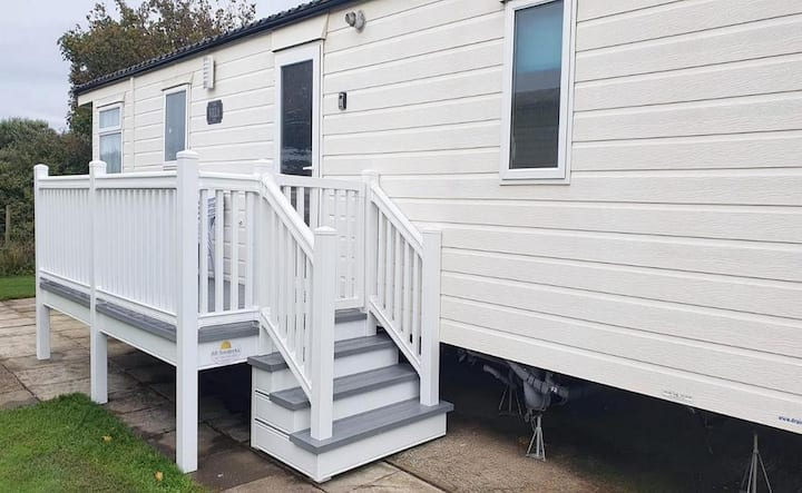 Brilliant 6 berth caravan for hire with decking on Skipsea Sands ref 41291NF