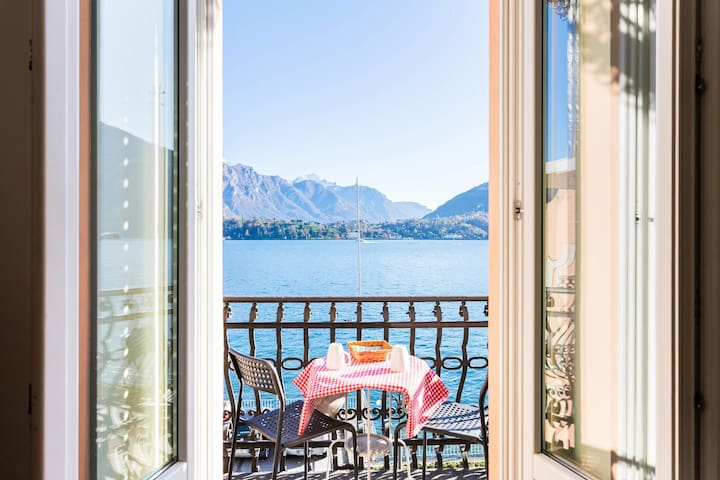Romantic escape with a spectacular lakefront view, balcony & free WiFi!