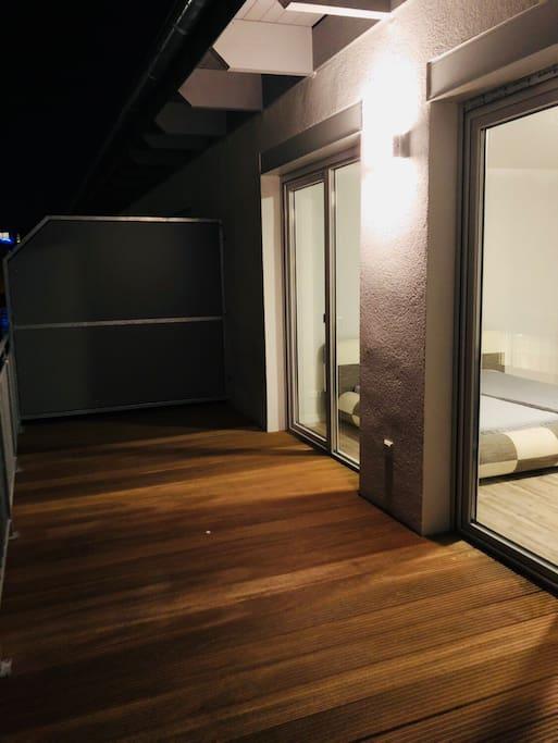 Auf der Dachterasse können Gäste des oberen Zimmers, die zur Zeit noch nicht fertige Gartenanlage sehen und nutzen, falls geraucht werden will oder abends draußen etwas entspannt werden soll die Möglichkeit auf die Terasse gehen zu können.