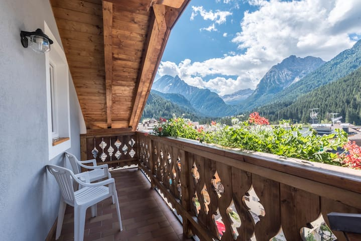 """Cosy Apartment """"Cèsa Castlunger 1"""" (CIPAT number: 022039-AT-054195) with Wi-Fi, Balcony, Terrace & Mountain View; Parking Available, Dogs Allowed"""