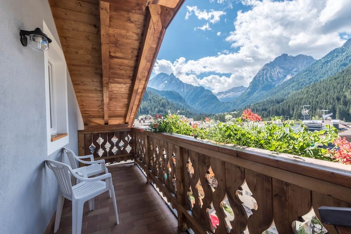 "Cosy Apartment ""Cèsa Castlunger 1"" (CIPAT number: 022039-AT-054195) with Wi-Fi, Balcony, Terrace & Mountain View; Parking Available, Dogs Allowed"