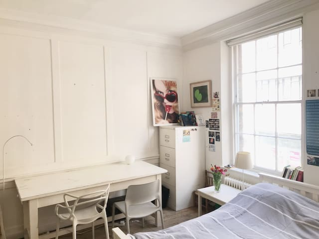 Light Sunny room in pretty corner of Clerkenwell