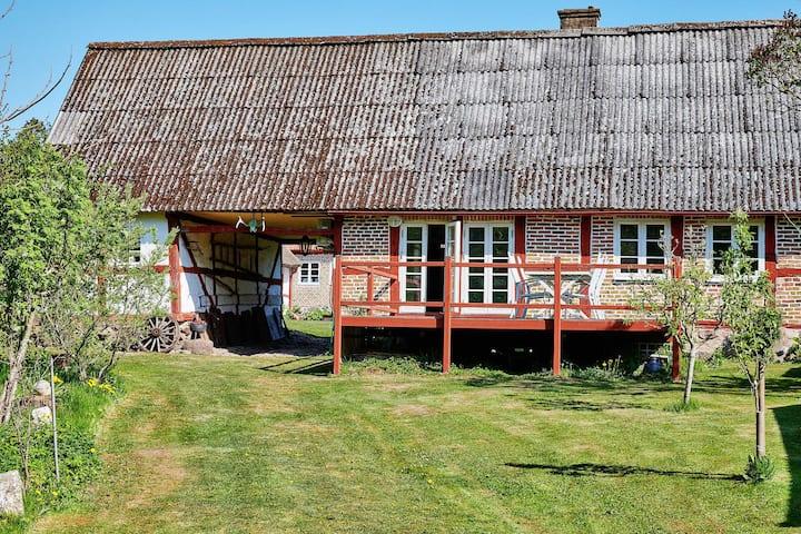 Skånegård i lugn miljö nära staden.