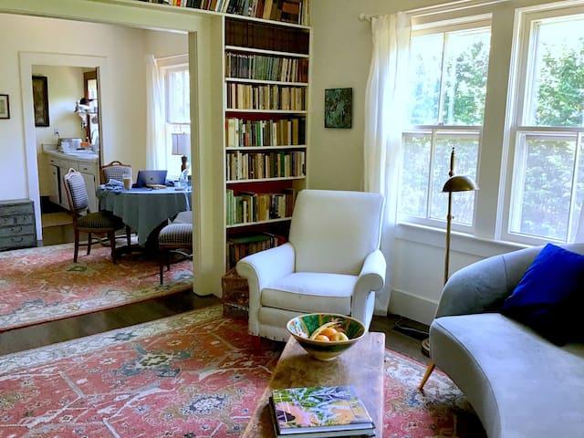 East Hampton Cottage: Walk To Town, Ocean, Train