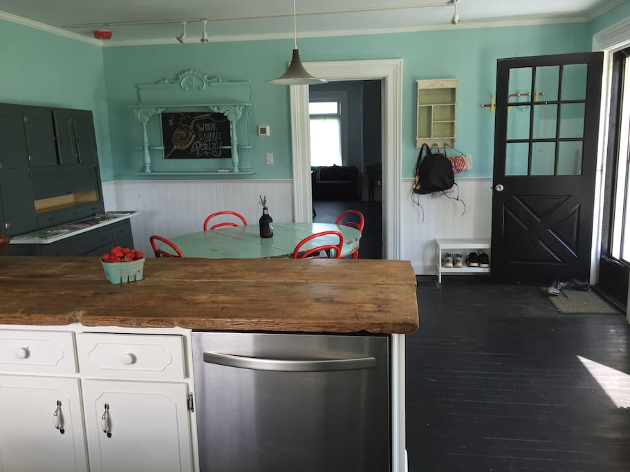 Fully equipped eat-in kitchen with dishwasher