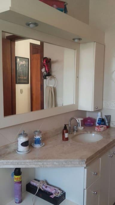 Banheiro amplo,aquecimento central e solar ao lado do quarto.