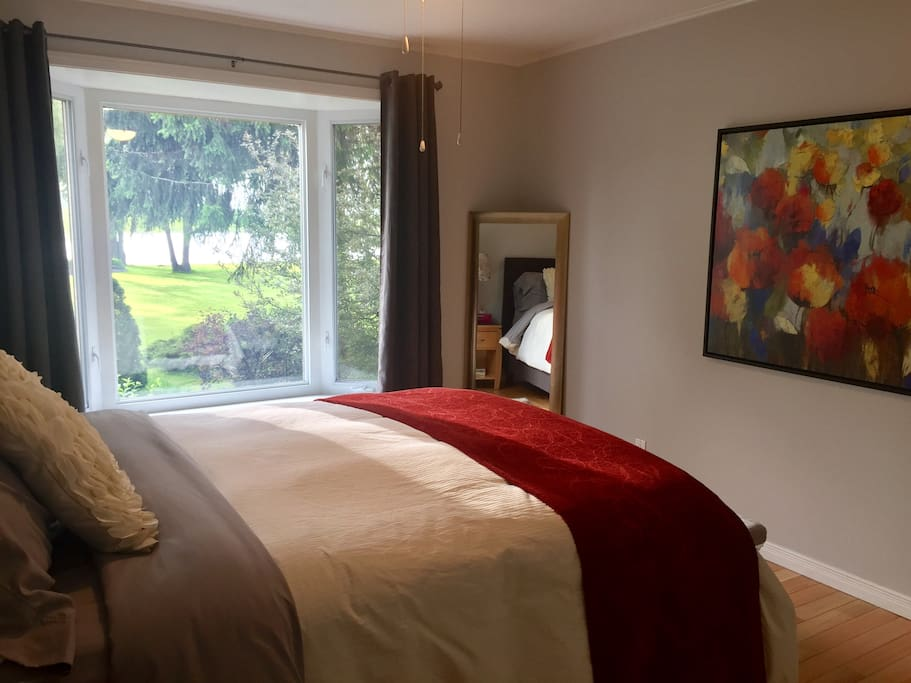 Master bedroom with river view, queen bed