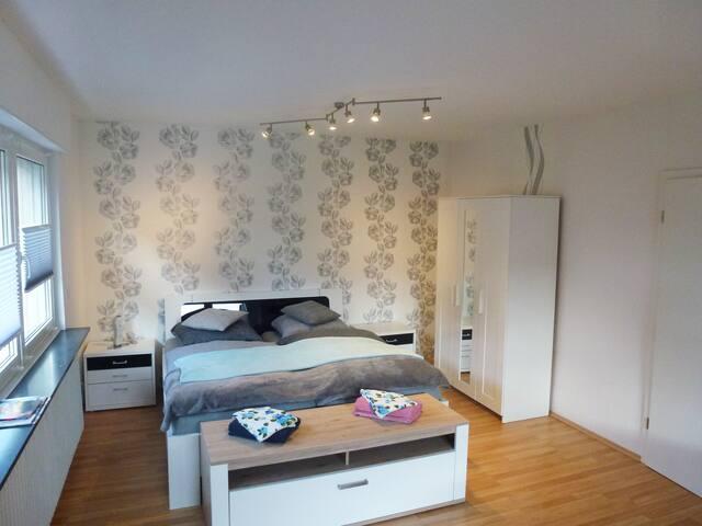 grosser Wohnschlafraum Doppelbett