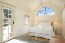 Queen bed in Coach House