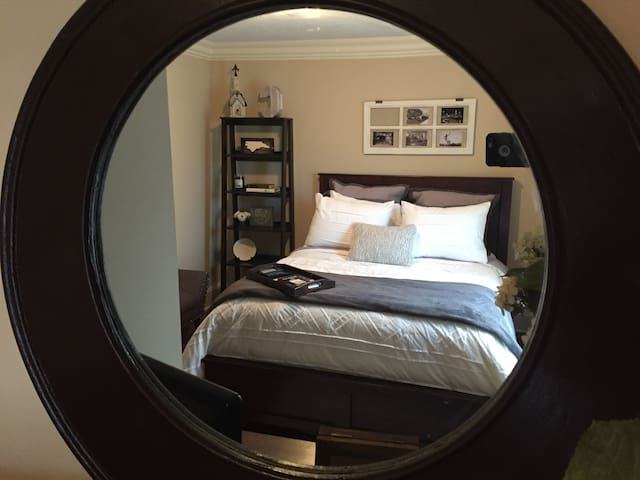 Queen bed in a private room with bathroom - Charlotte - Ev