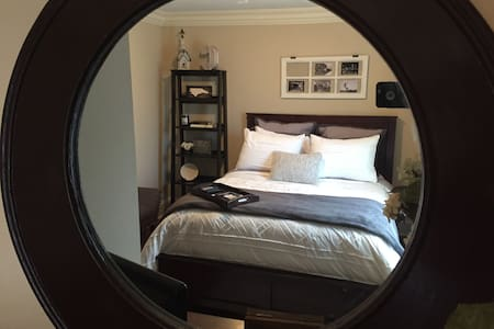 Queen bed in a private room with bathroom - Charlotte