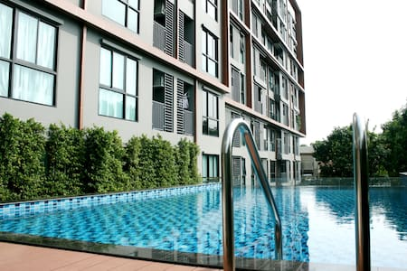 New Affordable Poolside 1BR Condo - 5mins to BTS - Bangkok - Appartement