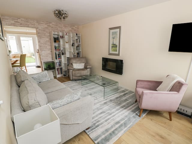 LUCY'S COTTAGE, pet friendly, with a garden in Old Colwyn, Ref 972214