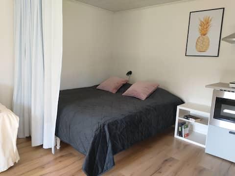 Przytulne studio z podwójnym łóżkiem blisko centrum miasta, basen i golf