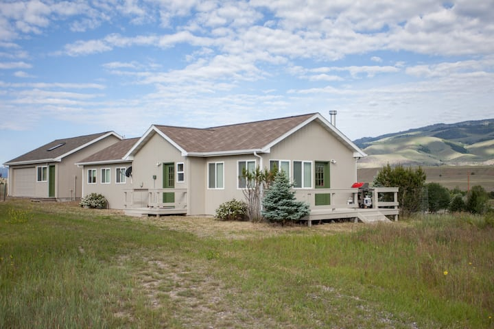 Fishing access, views and comfort in Paradise Valley| 2 Bedroom, 2 Bathroom