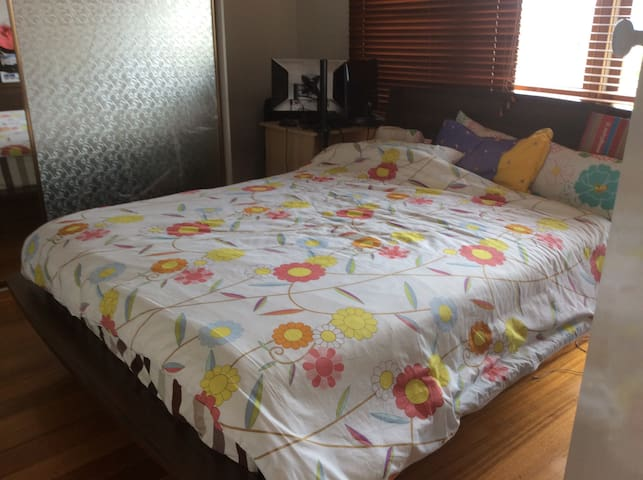 Clean room to share - Oak Park - Casa