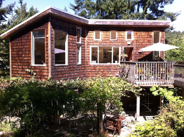 Mossy Meadows Getaway - Salt Spring Island - Apartment