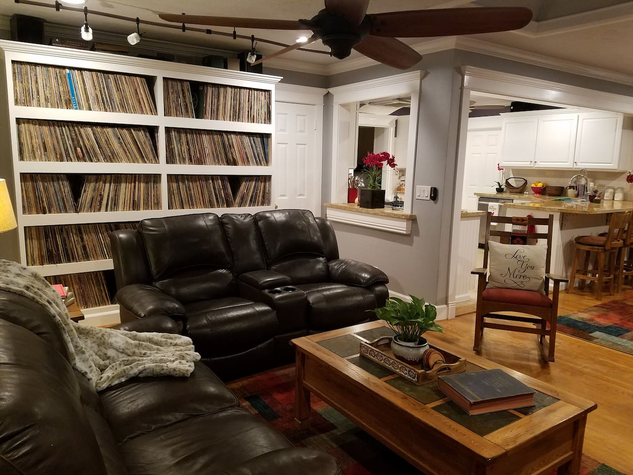 Over 5,000 vintage vinyl albums to enjoy in a 3BR, 2 BA house-3.4 miles from Disney!