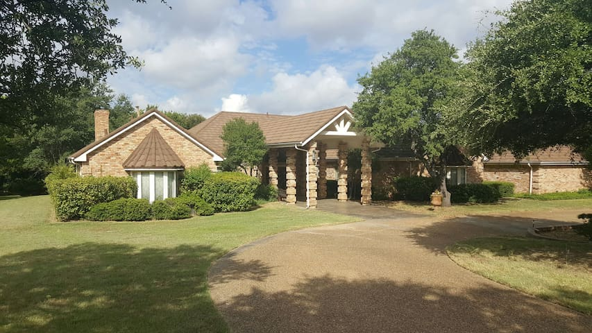 Grand 4bdrm Family Retreat - DeSoto - Casa