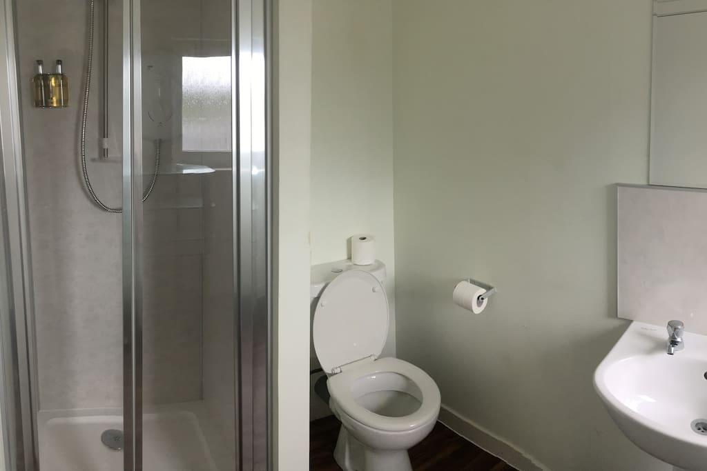 apartment 4 bathroom