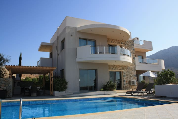 Villa Danae 5bed luxury, heated pool, bbq, seaview
