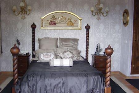 Chambre Edmond Dantes - มาร์เบลล่า - ที่พักพร้อมอาหารเช้า