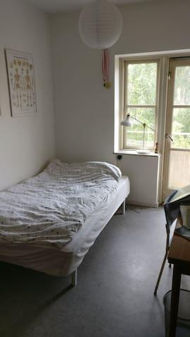 dit værelse med udgang til en lille altan