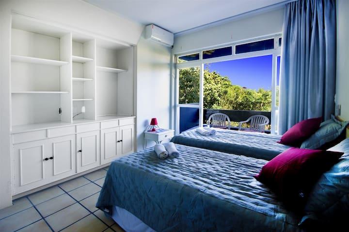 Apartamento(107) até 4 pax, sacada à 400m da praia