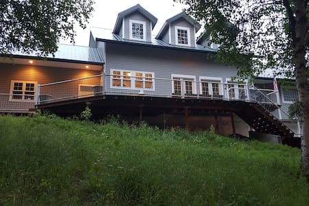 Lake front home w/large deck and private dock