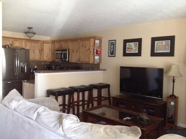 Cozy Updated Condo! Nice Location! - Westminster - Appartement en résidence