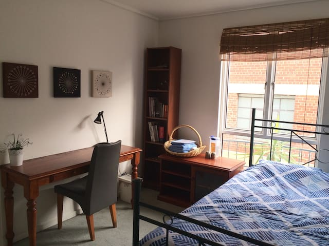 Private room close to Lygon St & Mel Uni