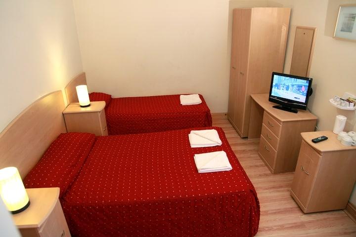 Private en-suite Hotel room. Elmwood Hotel T1