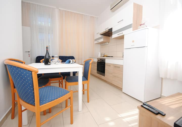 Cozy bright apt for 5 close to lovely beach