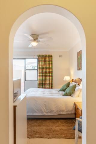 Desert Storm Luxury Suite: 600m to Beach