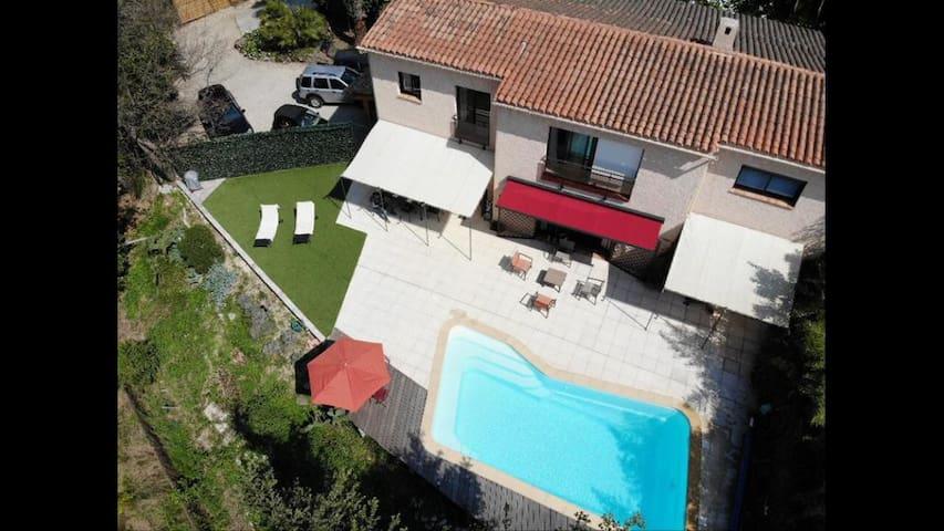 Belle villa avec piscine dans domaine fermé