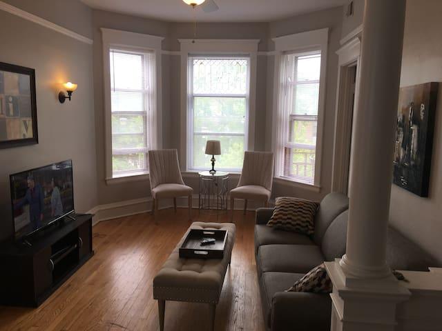 Totally Renovated Vintage Wrigleyville 2 Bedroom
