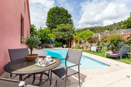 Belle maison neuve avec jardin piscine parking - House