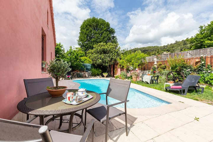 Belle maison neuve avec jardin piscine parking